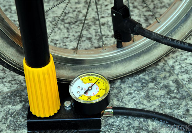bicycle-tire-pressure-check