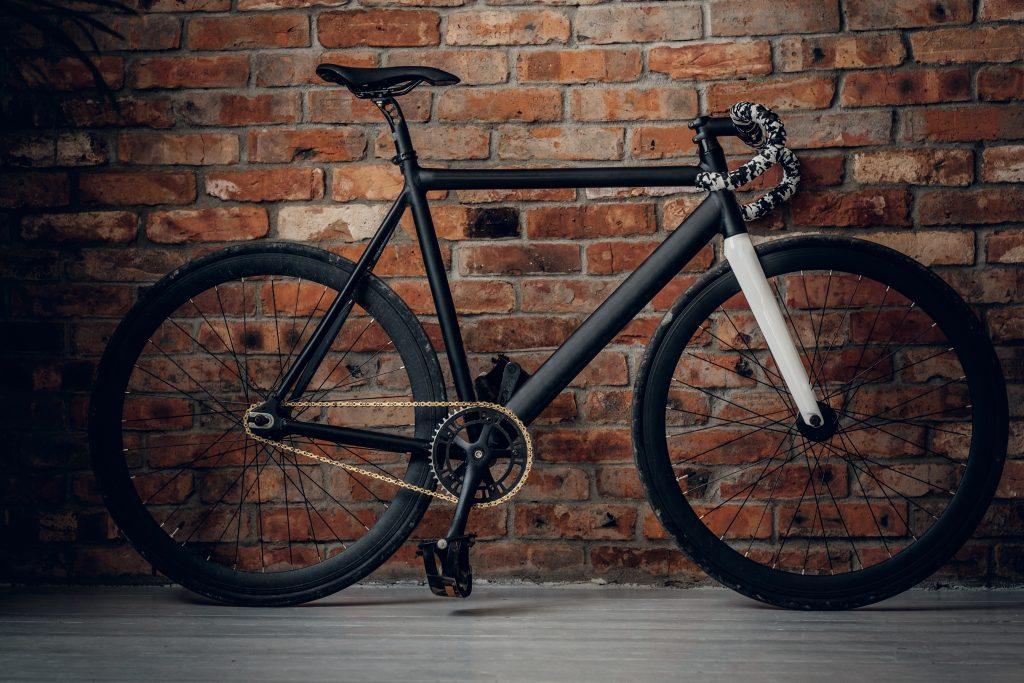 single speed commuter bike by brick wall